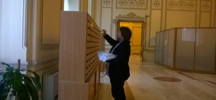 ACȚIUNE! Mihai Goțiu a distribuit în cutiile poștale ale colegilor săi de la Senat protestul a peste 20 de asociații civice legat de numirea membrilor CSM
