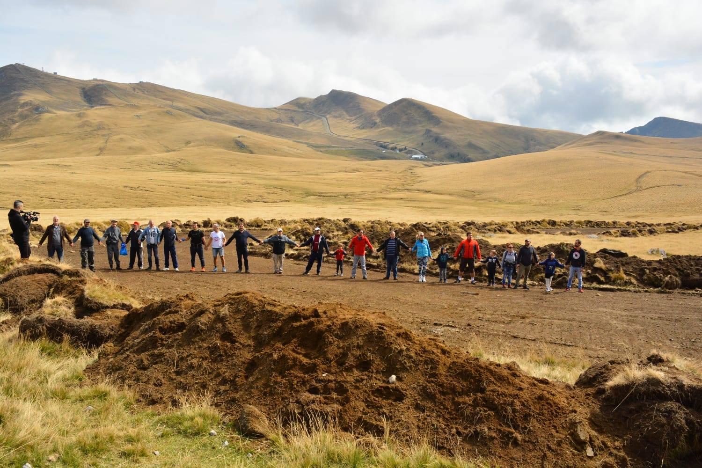 Protest în munți. Lanț uman împotriva buldozerelor în Parcul Natural Bucegi